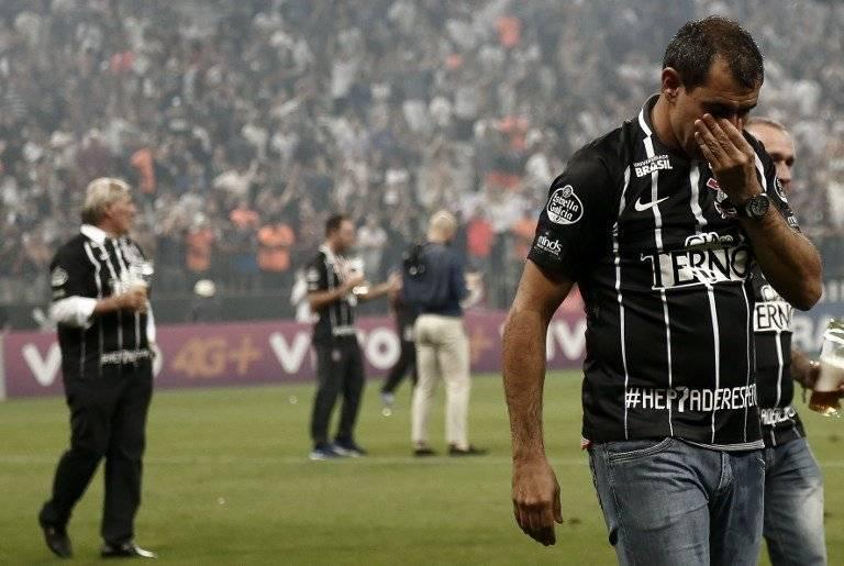 Carille se emocionó hasta las lágrimas con el título / imagen: AFP