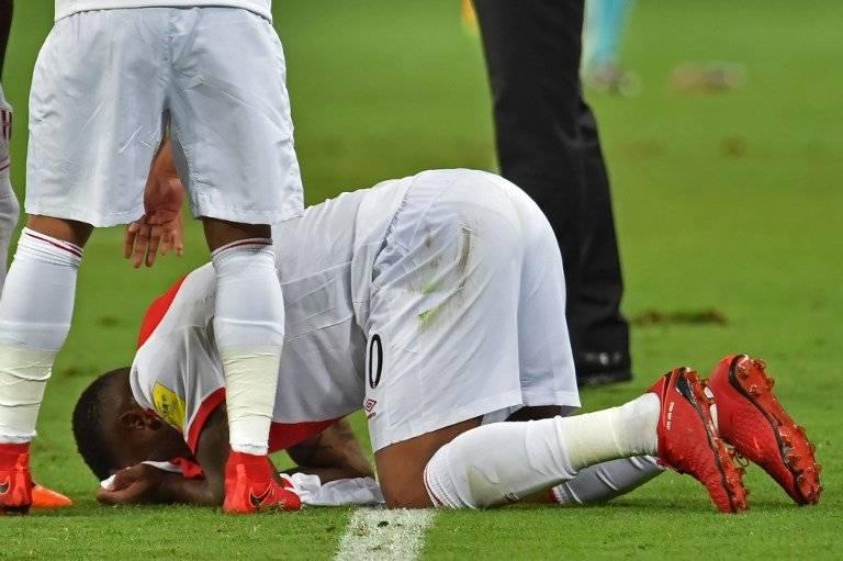 Farfán besó la camiseta de su compadre en un festejo donde Guerrero no estuvo ausente / imagen: AFP