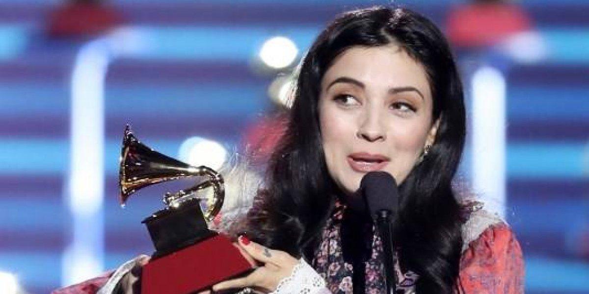 Entre lágrimas Mon Laferte recibe su primer Latin Grammy 2017