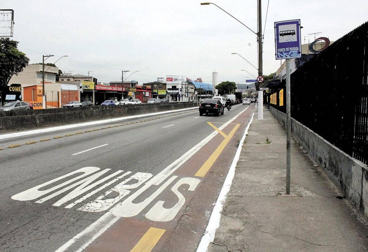 Avenida Mário Toledo de Camargo: Tinta está sumindo e pista é bastante irregular e suja. Próximo à Coop, há risco na entrada do estacionamento e existe um ponto de ônibus junto à ciclovia. Trecho foi apagado em frente ao estádio Bruno Daniel