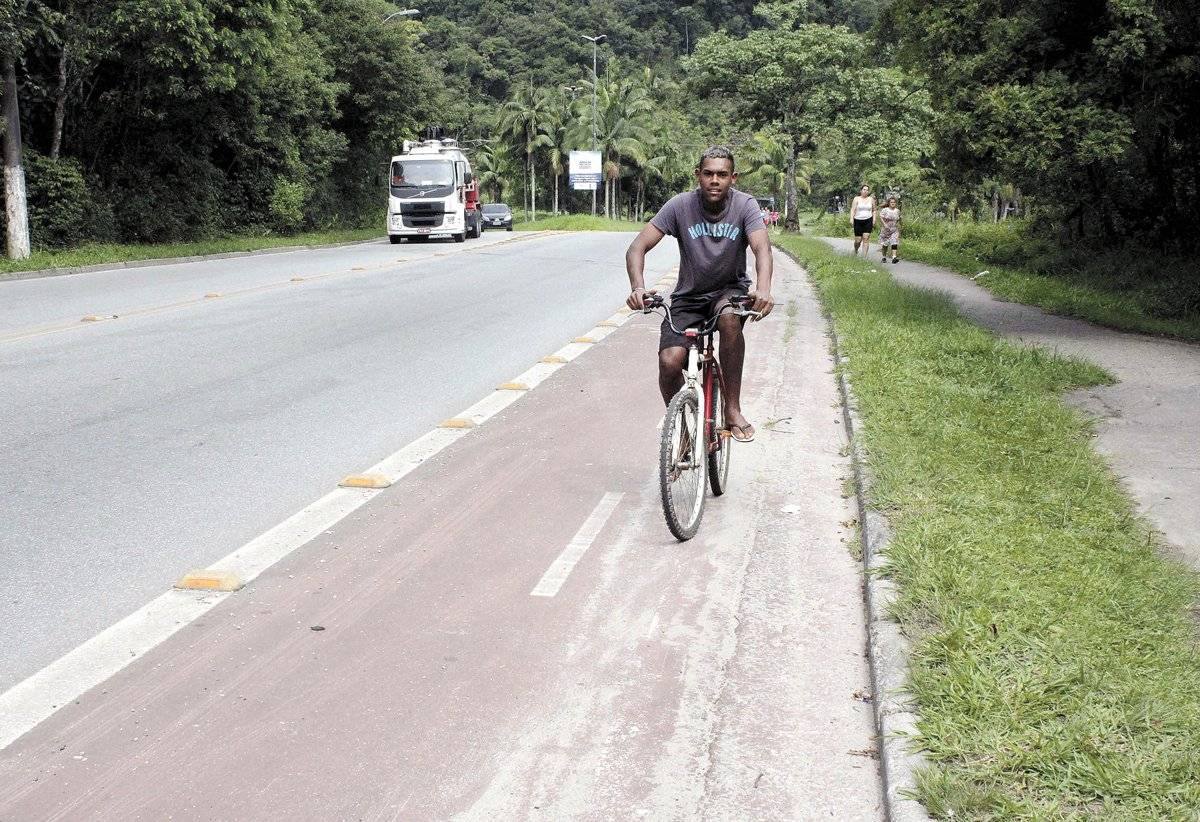 Estrada do Pedroso tem a pior condição do percurso. Ciclovia não é rente à guia. Há espaço para estacionamento de carros antes. É difícil ver ciclistas nela. Em alguns locais, carros estão estacionados na ciclovia
