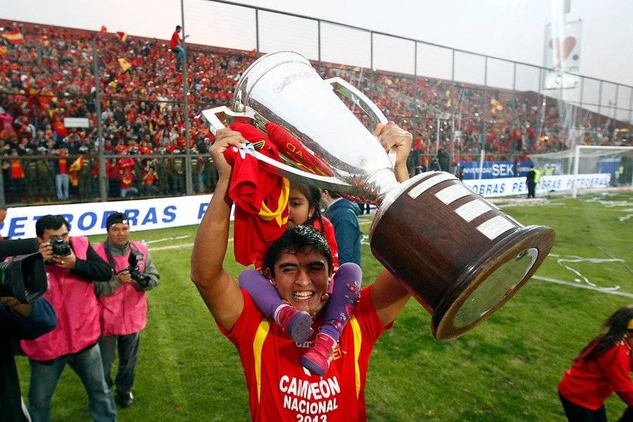 El Curri con el trofeo de campeón que conquistó con la Unión del Coto Sierra en el Transición 2013 / Foto: Agencia UNO