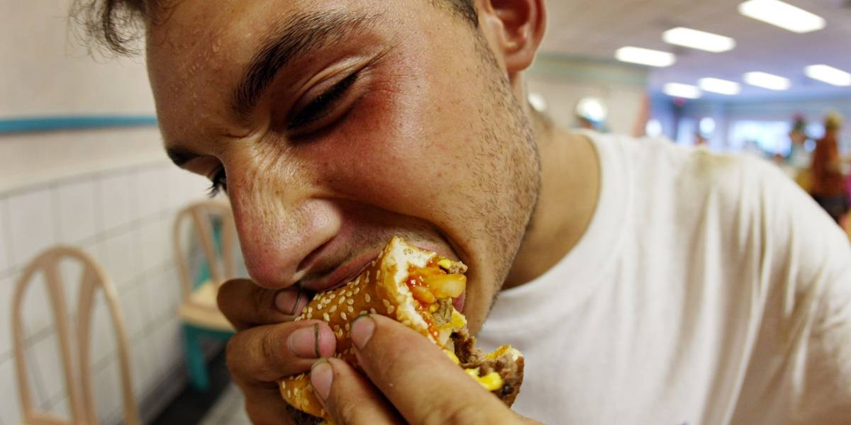 Comer rápido pode aumentar o risco de AVC e doenças cardíacas