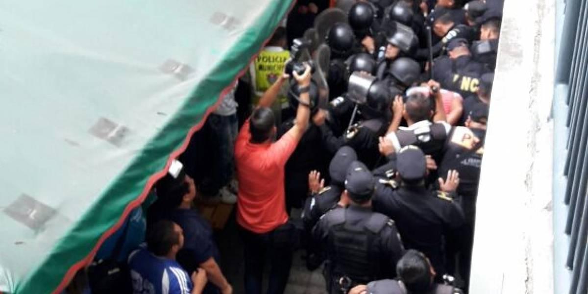 VIDEO. Vendedores de plaza El Amate intentan vapulear a presunto extorsionista