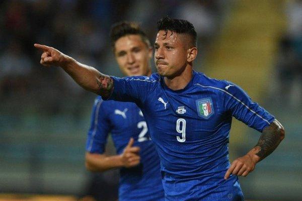 Gianluca Lapadula celebrando uno de sus goles ante San Marino, el 31 de mayo de 2017, cuando debutó por Italia. Ese es su único partido que registra por la Azzurra absoluta / Foto: Getty Images