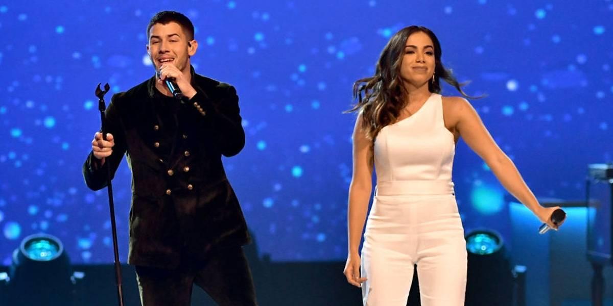 Anitta faz selfies com famosos em festa pré-Grammy Latino