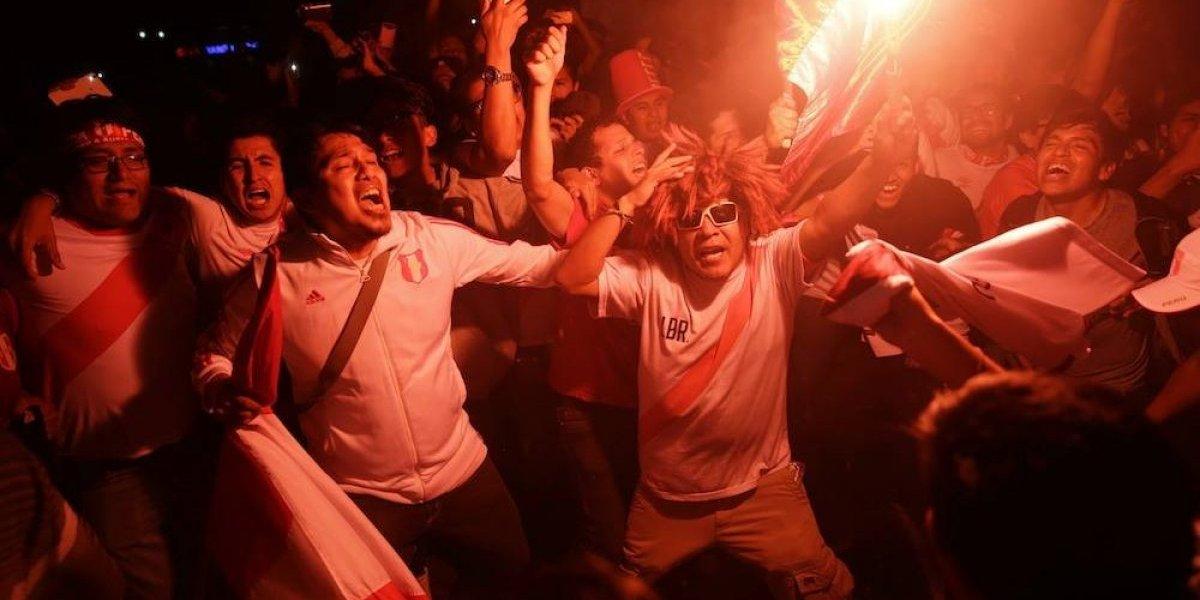Aficionado peruano celebra pase al Mundial corriendo desnudo por la calle