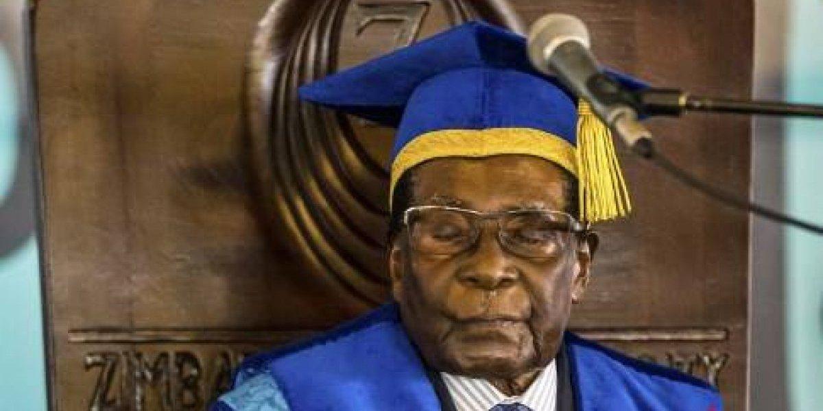 Presidente de Zimbabue realiza su primera aparición pública desde el golpe militar
