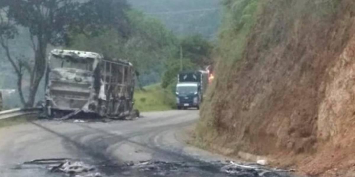 Dos hombres incineraron un bus de transporte público en el suroeste antioqueño