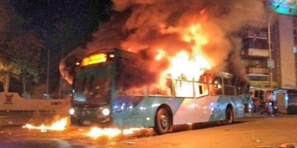Encapuchados queman Bus de Transantiago en Estación Central