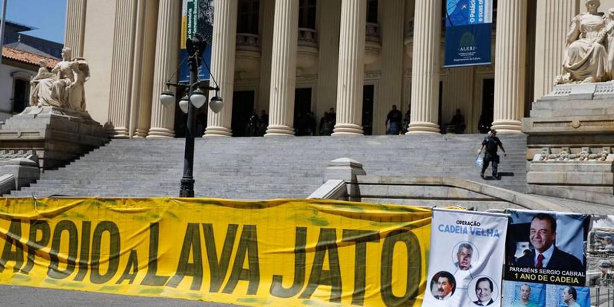 Apesar dos protestos, Assembleia do Rio vota pela libertação de deputados presos