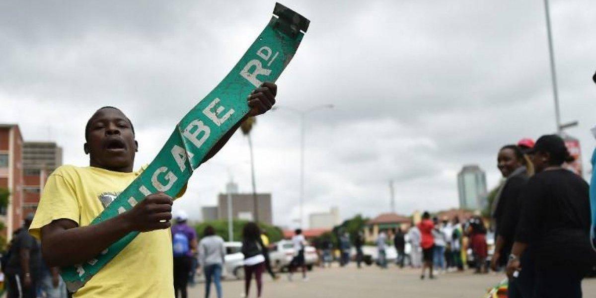 """""""Descansa en paz, tienes que irte"""": Manifestantes exigen salida de Mugabe del poder"""