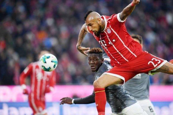 Arturo Vidal mostró mucho despliegue ante Ausburgo. Eso fue destacado por el DT Jupp Heynckes / Foto: AFP