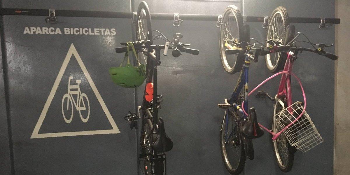 En el Senado, auto rebasa a la bicicleta
