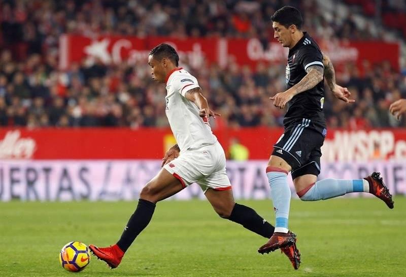 El Tucu Hernández marcando al colombiano Luis Fernando Muriel / Foto: EFE