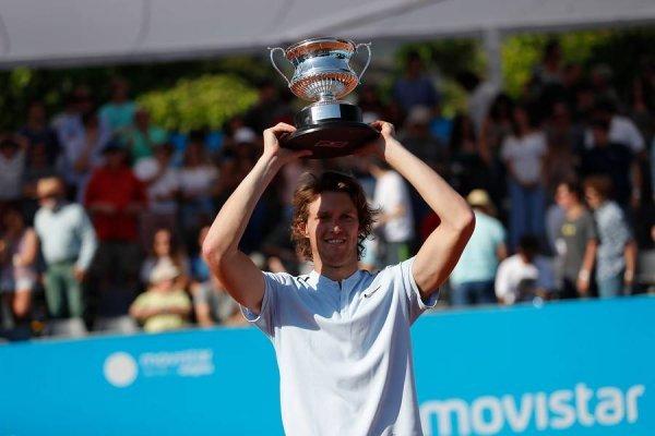 El título en Santiago 2 le permitirá a Nicolás Jarry aparecer este lunes en el puesto 98º del ranking ATP / Foto: Agencia UNO