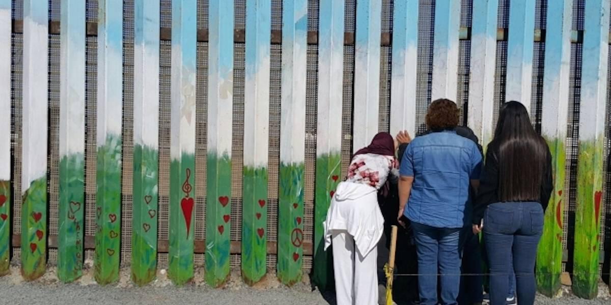 Abrazos sin fronteras, familias se reúnen en puerta del muro para abrazarse