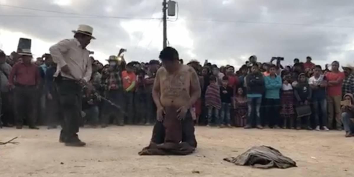 VIDEO. Así corrigen en Quiché a dos hombres acusados de robo y extorsión