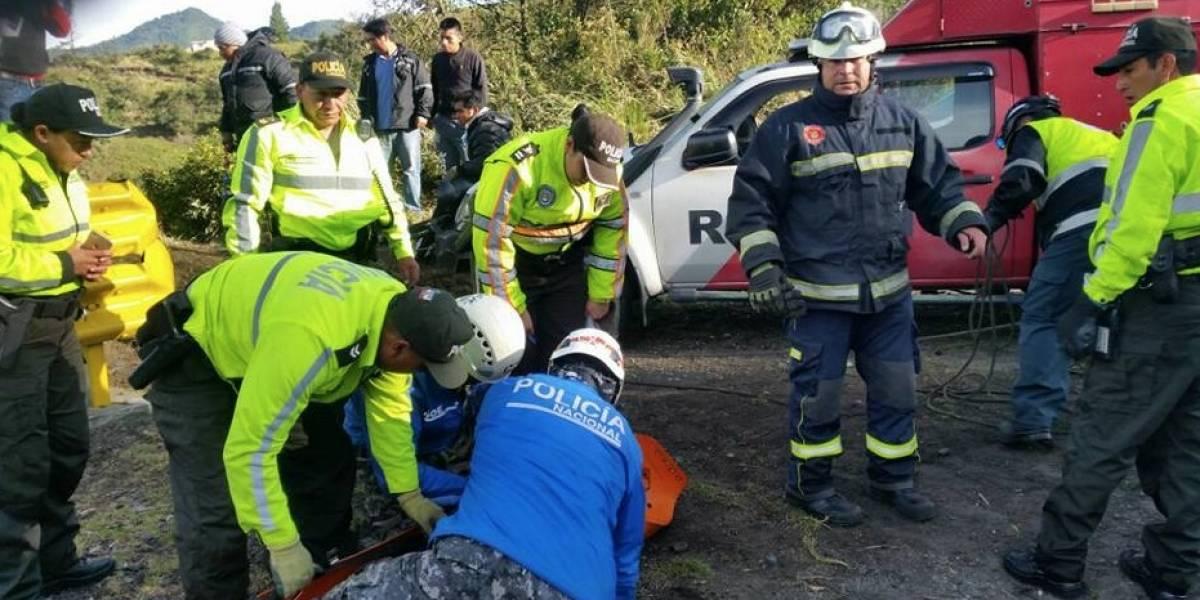 Un muerto y 4 heridos tras caída de auto en barranco de la vía Alóag -Santo Domingo