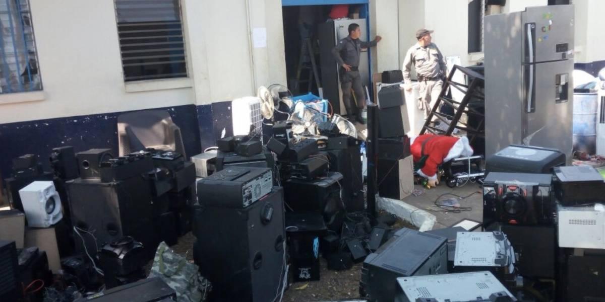 Reos viven cómodos con cientos de electrodomésticos en la cárcel