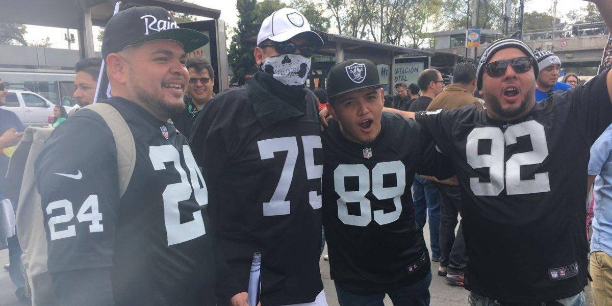 """Aficionados de Raiders """"pintan"""" el Azteca de negro y plata"""