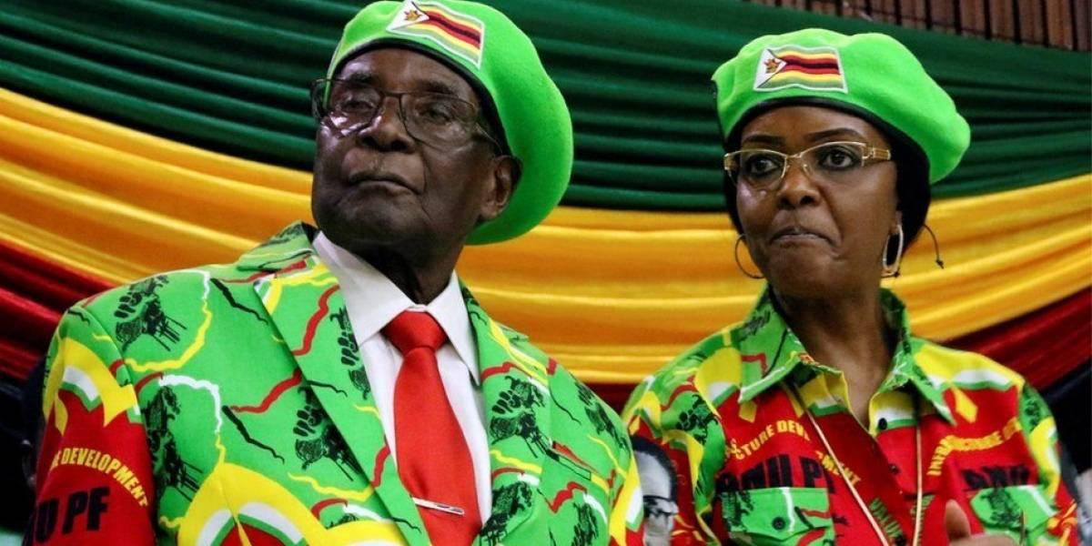El presidente Robert Mugabe es destituido como líder del partido gobernante en Zimbabue y su esposa, Grace, expulsada de la organización