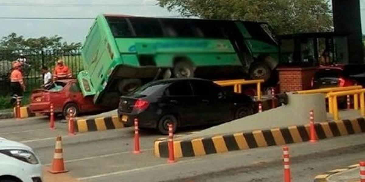 Bus 'voló' por encima de carros que estaban haciendo fila para pagar peaje