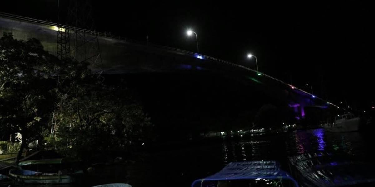 Morales agradece a universitarios por iluminación en el puente de río Dulce
