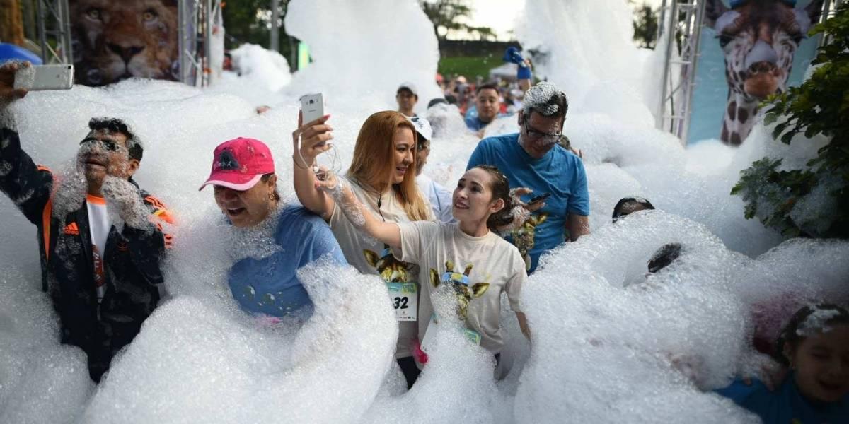 Rodeados de espuma, cientos corrieron a beneficio de La Aurora