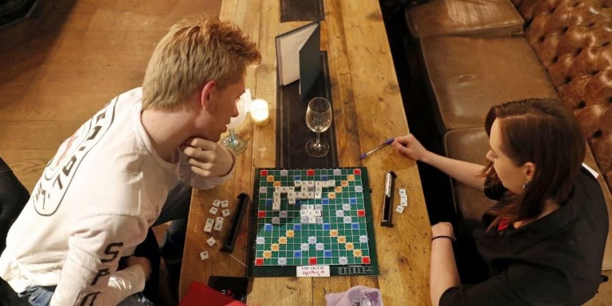 """""""Dirty Scrabble"""", un reinventado juego con palabras eróticas que atrae a londinenses"""