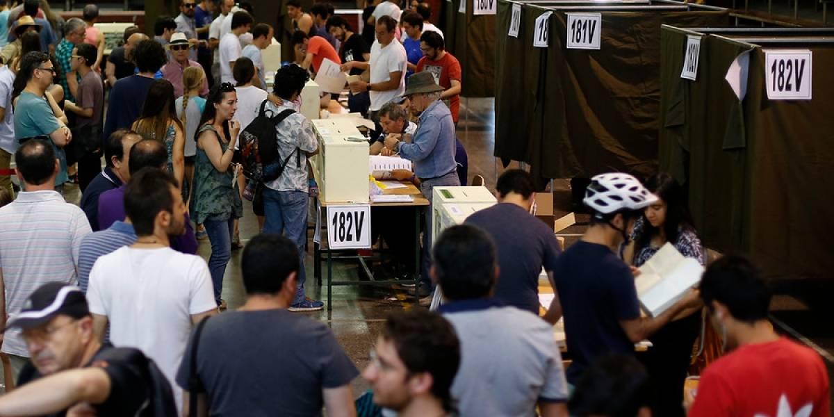 ¿Qué tal las filas?: masiva concurrencia en locales de votación marcan inicio de la tarde de elecciones