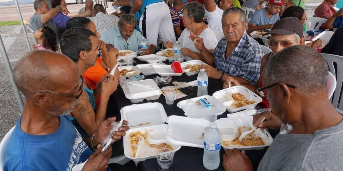 Cataño celebra Acción de Gracias sirviendo comida a personas sin hogar