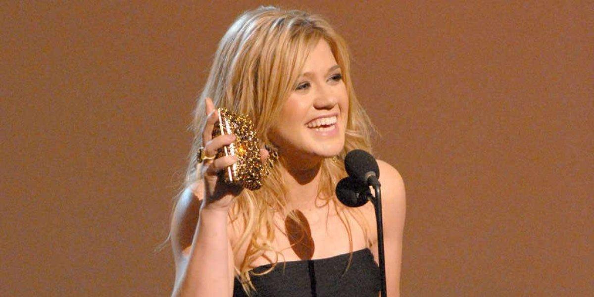 Kelly Clarkson dice que es feliz con sus libras de más y lo demuestra en los AMAs