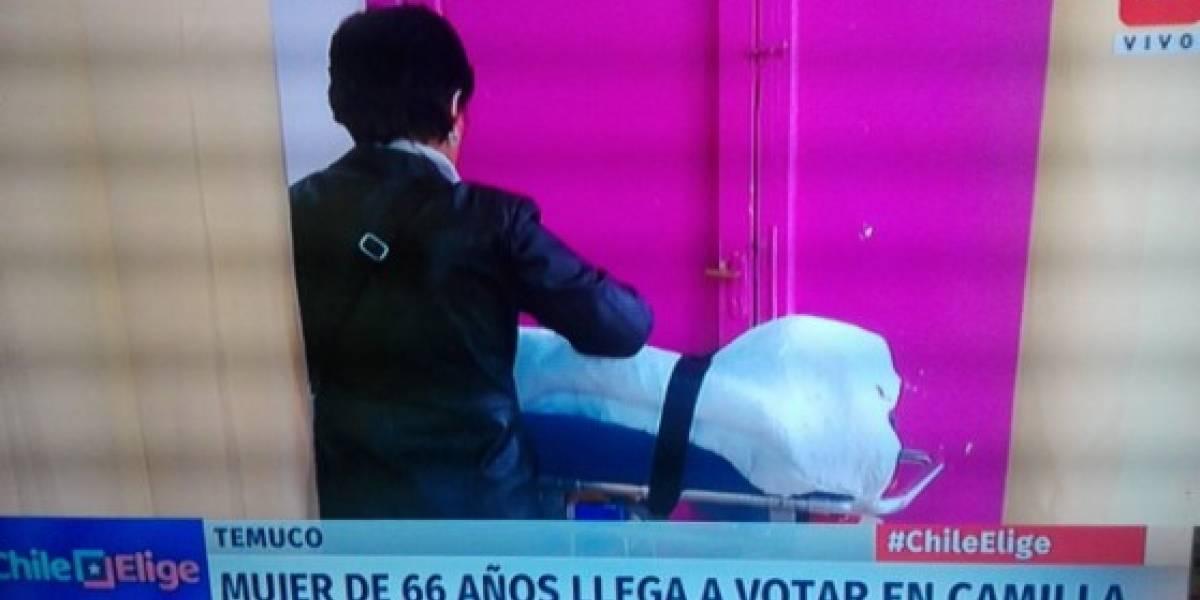 Mujer acude a votar en camilla en las elecciones presidenciales de Chile