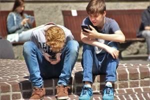 Advierten por lesiones en niños ante el uso desmedido del celular