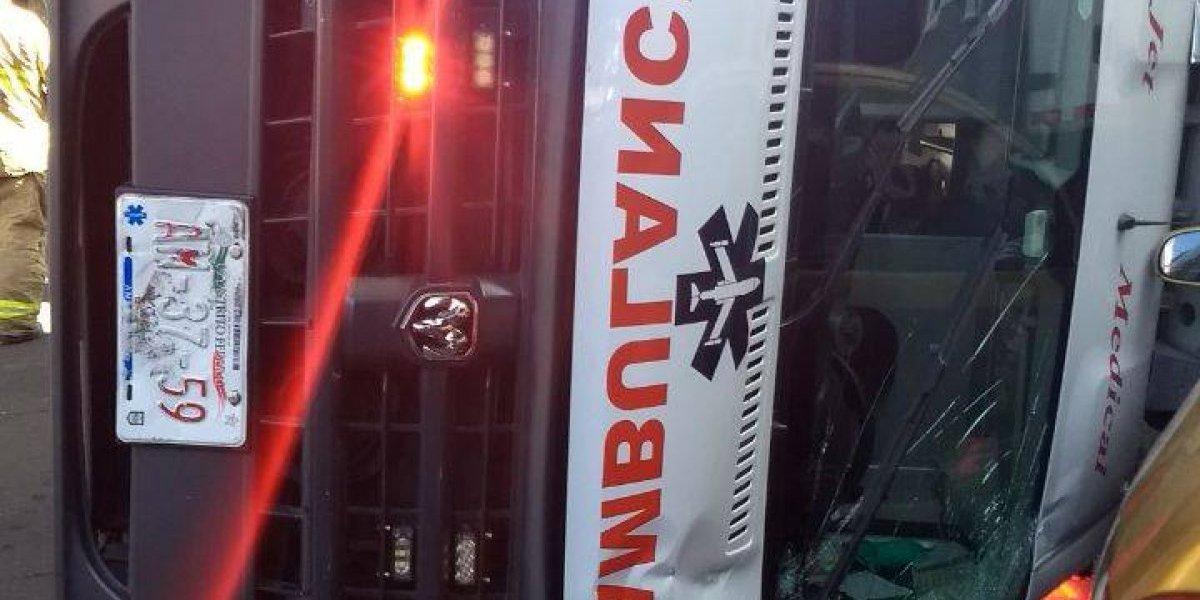 Vuelca ambulancia en la colonia Roma tras choque múltiple