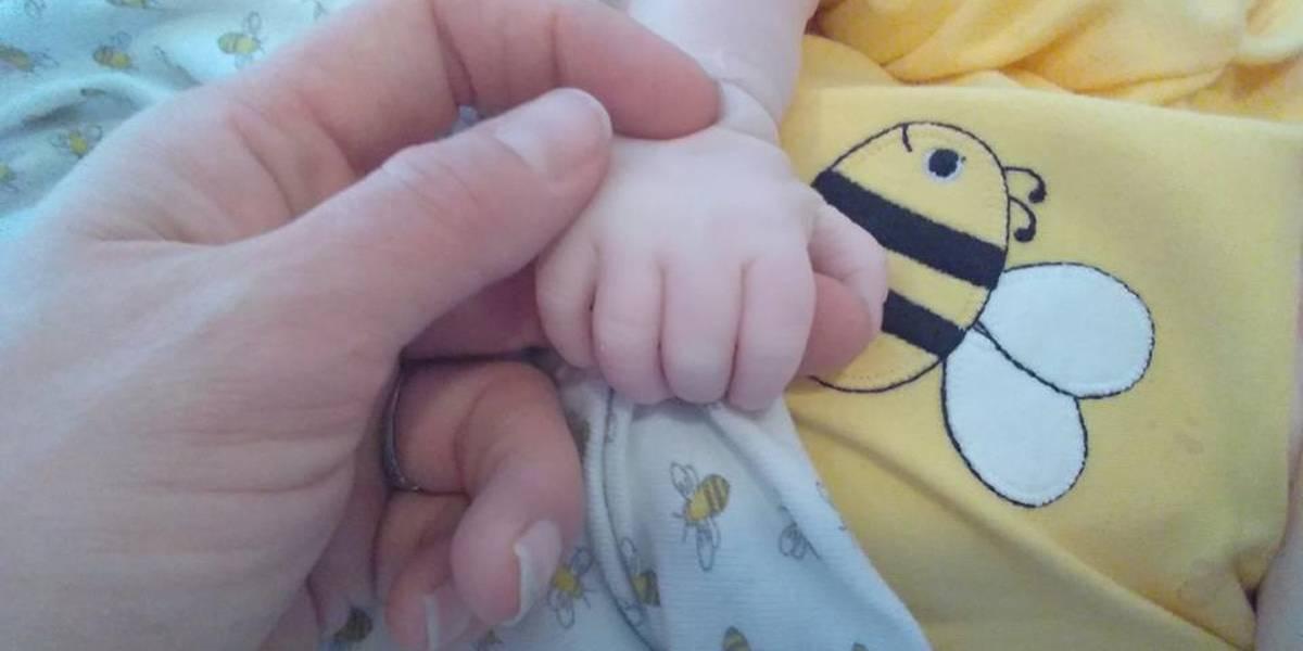 Morre bebê de mulher que viralizou ao posar com 20 mil abelhas em seu ventre
