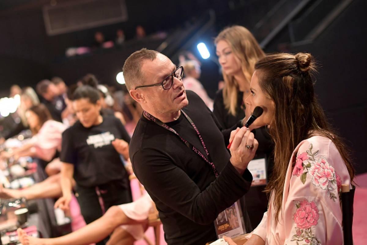 La top model Alessandra Ambrosio preparándose para el desfile Getty Images