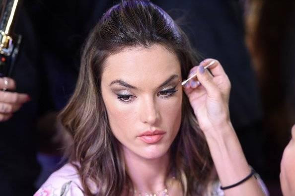 Alessandra Ambrosio concentrada en que su maquillaje quede perfecto Getty Images