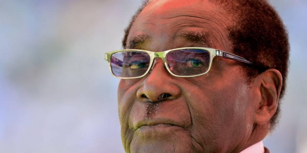 """De qué se acusa al presidente Robert Mugabe en el proceso de """"impeachment"""" por el que podría perder el poder en Zimbabue"""