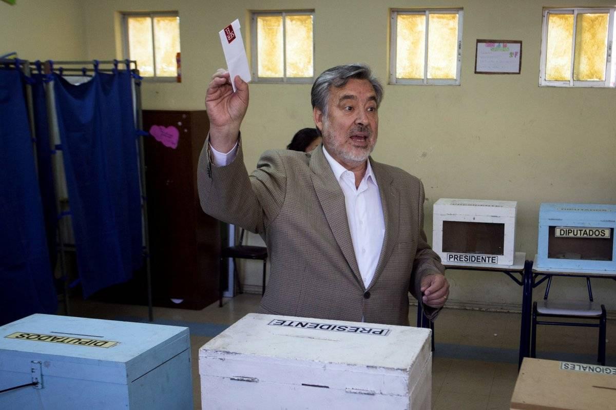 El candidato presidencial de la coalición Nueva Mayoría, Alejandor Guillier, emite su voto durante las elecciones presidenciales en Antofagasta, Chile, el domingo 19 de noviembre de 2017. (Cristian Rudolffi/Aton Chile via AP)