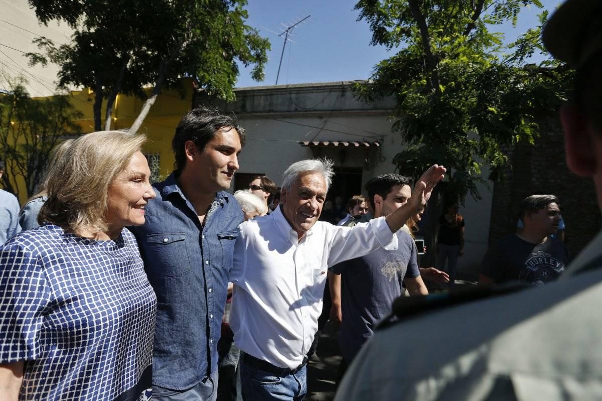 El expresidente y actual candidato Sebastián Piñera, saluda a sus simpatizantes después de emitir su voto durante las elecciones generales en Santiago de Chile el domingo 19 de noviembre de 2017. (AP Foto/Luis Hidalgo)