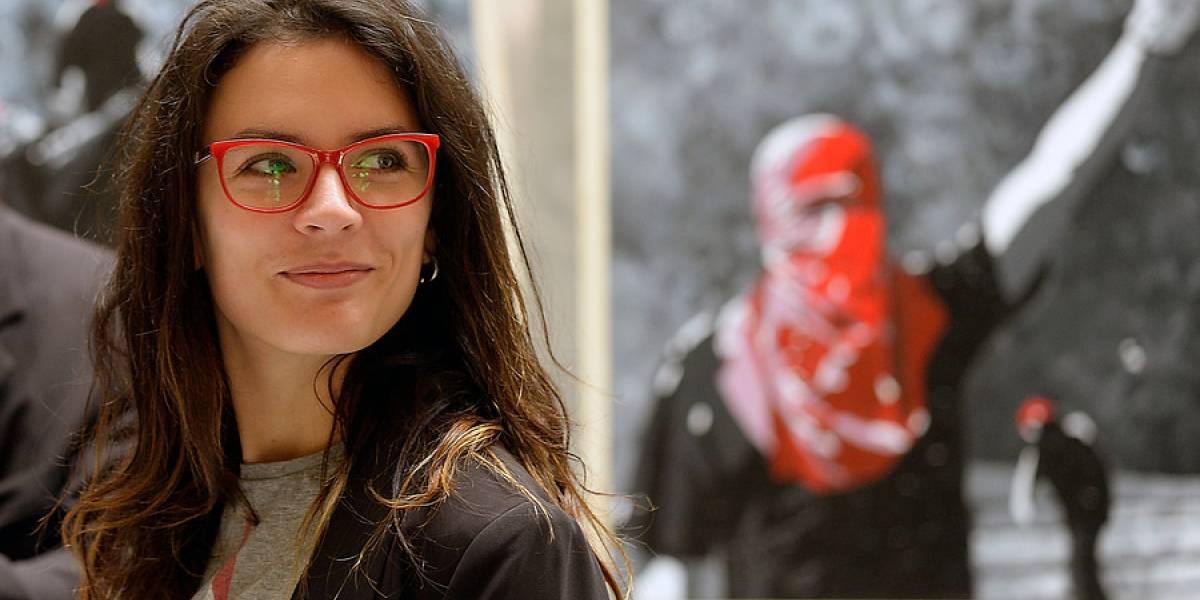 """Pareja de Camila Vallejo le dedica cariñoso mensaje tras ser reelecta y envía recado a """"los hueas de internet"""""""