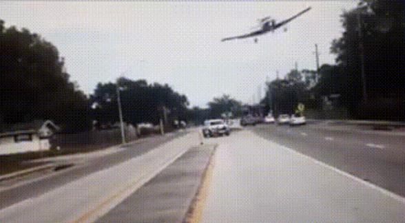 Avioneta aterriza de emergencia en medio de una carretera de Florida