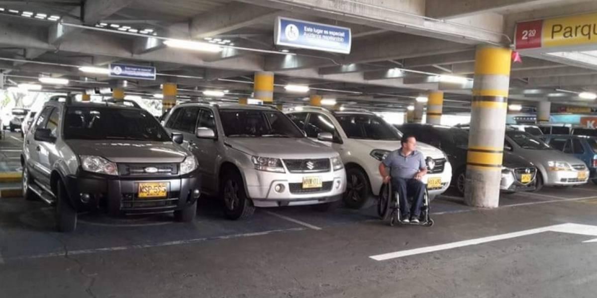 ¡Indignante! Una persona parqueó entre dos carros en espacio para discapacitados