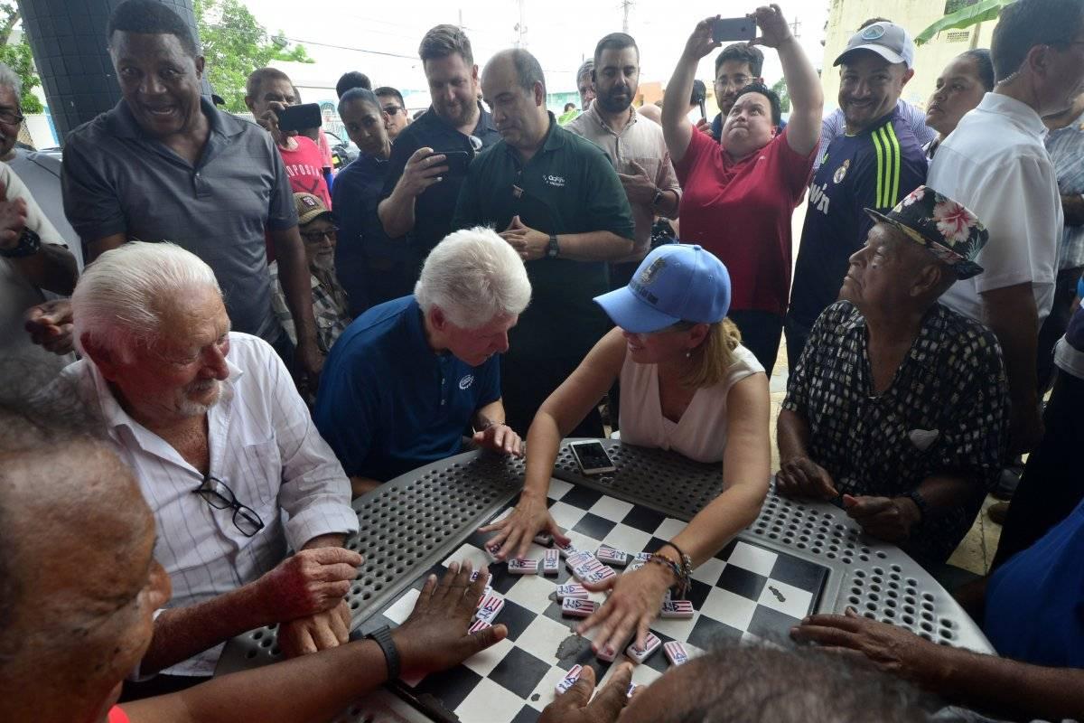Clinton visita a damnificados de huracán en PR