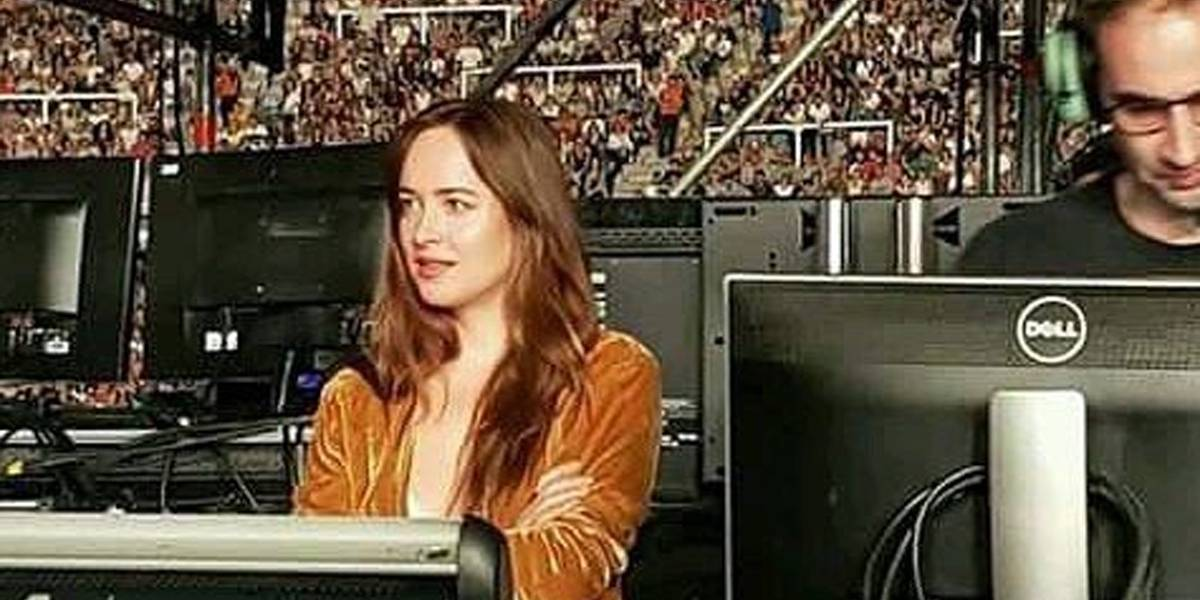 Dakota Johnson rouba holofotes em show do Coldplay na Argentina