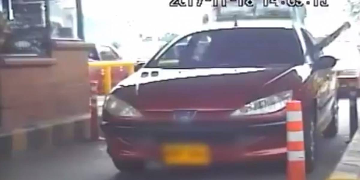 Video: bus perdió los frenos y causó choque múltiple en un peaje