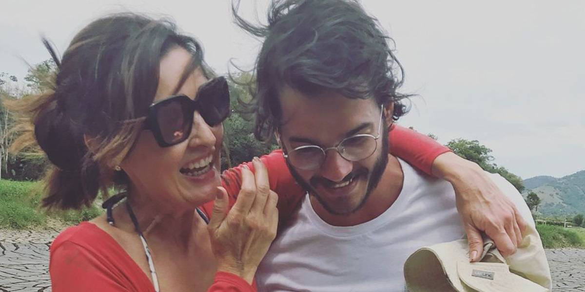 Fátima Bernardes curte o fim de semana com o namorado em Pernambuco