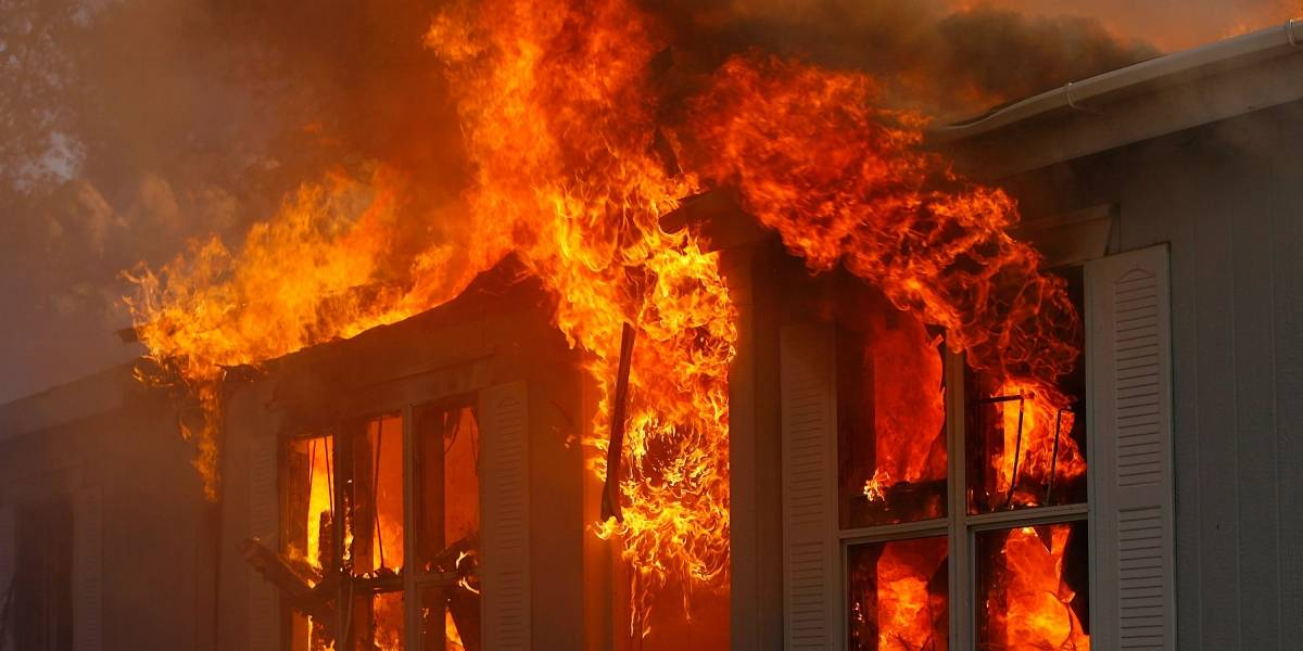 Bebé resultó lesionada luego de que una vela en su cuarto causara un incendio